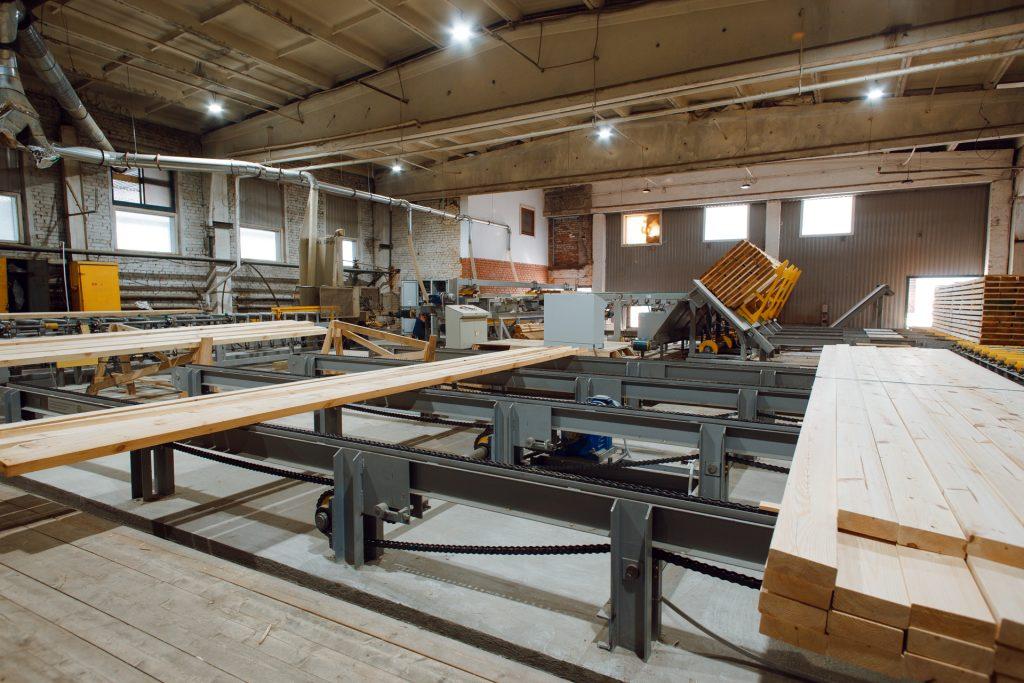 Cross conveyor belt for lumber bundles