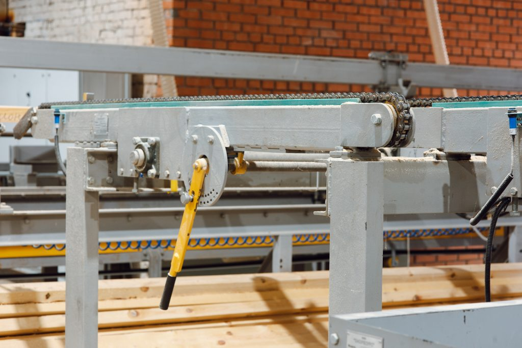 Chain-operated transverse acceleration conveyor
